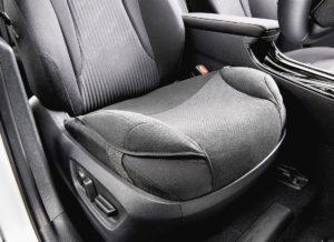 トヨタ ペダル踏み間違い防ぐ「安心ドライブサポートクッション」発売